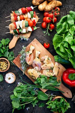 chorizos asados: Ingredientes para parrillas de barbacoa. Carne a la barbacoa marinado. Marinado de pollo parrilla y kebabs. Las verduras y carne para la barbacoa