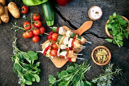 BBQ Grill Zutaten. Mariniertes Grillfleisch. Mariniertes Grillhuhn und Kebab. Gemüse und Fleisch für Grill Lizenzfreie Bilder