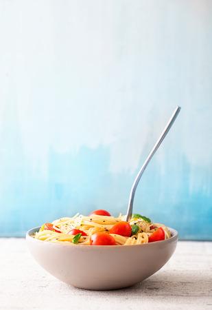 Italian cuisine. Pasta with olive oil, garlic, basil and tomatoes 版權商用圖片 - 40888395