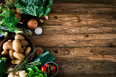 canastas de frutas: Vehículos en la madera. Bio Saludable alimentos, hierbas y especias. Las hortalizas orgánicas en la madera Foto de archivo