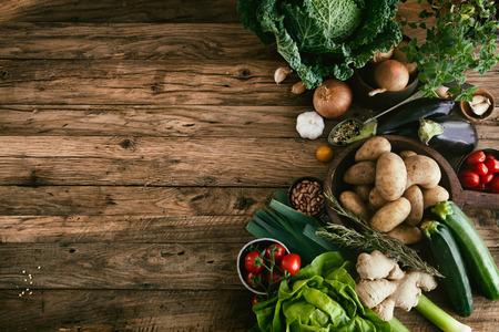 gezondheid: Groenten op hout Stockfoto