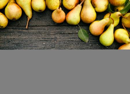 pera: peras orgánicas frescas en la madera vieja