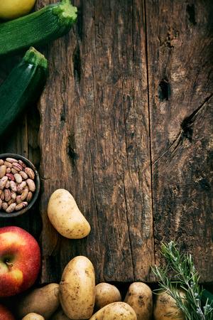 Vehículos en la madera. Bio Saludable alimentos, hierbas y especias. Las hortalizas orgánicas en la madera Foto de archivo - 42140234