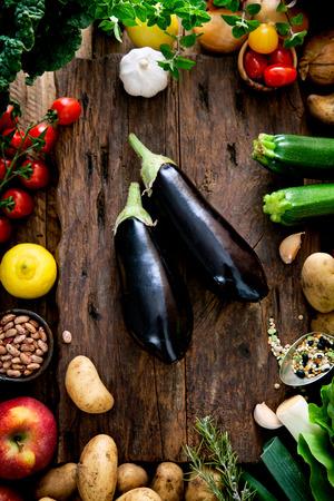 나무에 야채입니다. 바이오 건강 식품, 허브와 향신료. 나무에 유기농 야채 스톡 콘텐츠 - 42140271