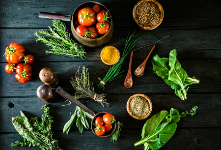 comida: Veh�culos en la madera. Bio Saludable alimentos, hierbas y especias. Las hortalizas org�nicas en la madera Foto de archivo