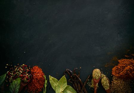 epices: Les épices et les herbes. Variété d'épices et d'herbes méditerranéennes. Fond alimentaire Banque d'images