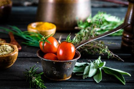 木の上の野菜。バイオの健康食品、ハーブやスパイス。木の有機野菜 写真素材