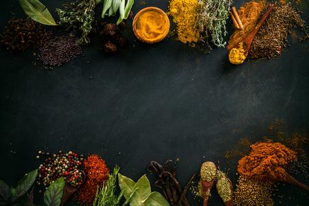 especias: Especias y hierbas. Variedad de especias y hierbas mediterráneas. Fondo de alimentos