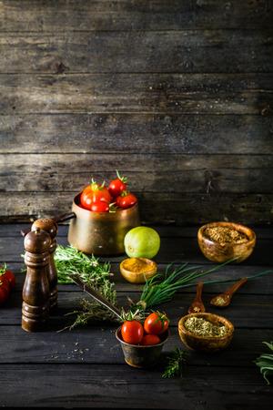 comidas saludables: Vehículos en la madera. Bio Saludable alimentos, hierbas y especias. Las hortalizas orgánicas en la madera Foto de archivo