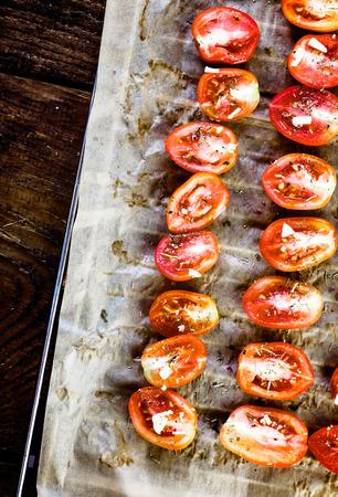 legumbres secas: Comida vegetariana. Tomates secados al sol con hierbas y ajo. Verduras de comida italiana