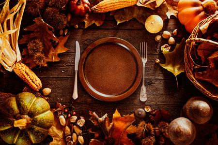 plato de comida: Cena de Acci�n de Gracias. Frutos del oto�o con el plato y cubiertos. Acci�n de gracias oto�o de fondo
