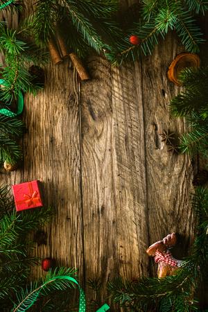 크리스마스 background.Xmas 화 환 카드와 목조 배경에 copyspace. 사탕과 리본으로 나무에 크리스마스 장식품. 스톡 콘텐츠 - 46774903