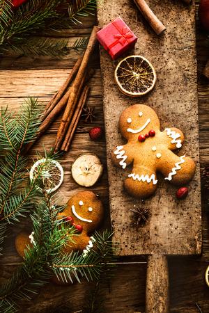 Christmas food. Gingerbread man cookies in Christmas setting. Xmas dessert Zdjęcie Seryjne