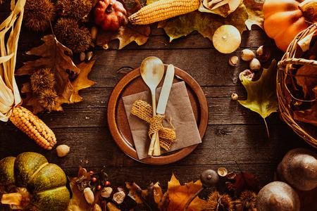 wooden desk: Thanksgiving-diner. Herfst fruit met plaat en bestek. Thanksgiving herfst achtergrond