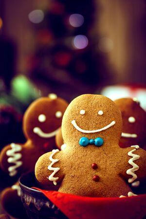 galleta de jengibre: La comida de Navidad. Gingerbread man cookies en la configuración de la Navidad. Xmas postre