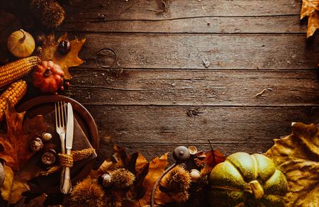 madera r�stica: Cena de Acci�n de Gracias. Frutos del oto�o con el plato y cubiertos. Acci�n de gracias oto�o de fondo