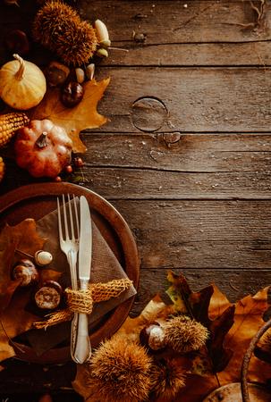 Thanksgiving-Dinner. Herbst Obst mit Teller und Besteck. Danksagungs-Herbst-Hintergrund Lizenzfreie Bilder