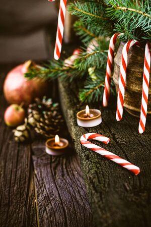 tree  pine: Navidad decoraci�n r�stica. �rboles de Navidad, velas y regalos