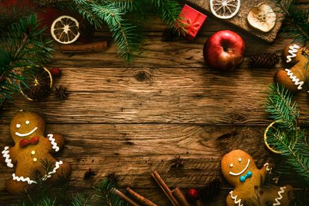 galletas de jengibre: La comida de Navidad. Gingerbread man cookies en la configuración de la Navidad. Xmas postre