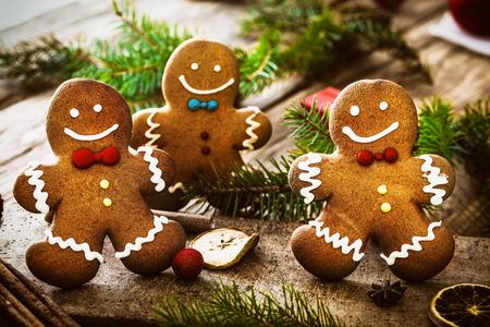Christmas food. Gingerbread man cookies in Christmas setting. Xmas dessert 스톡 콘텐츠