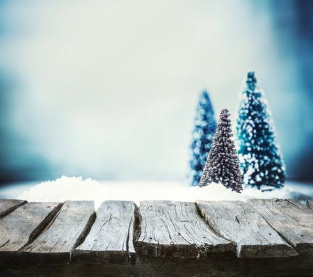 wooden top: Fondo de la Navidad. abeto de Navidad en la nieve. pantalla de invierno vac�o para su montaje