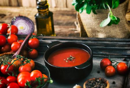 jitomates: Sopa de tomate. Sopa de tomate casera con tomates, hierbas y especias. La comida de comodidad. Foto de archivo