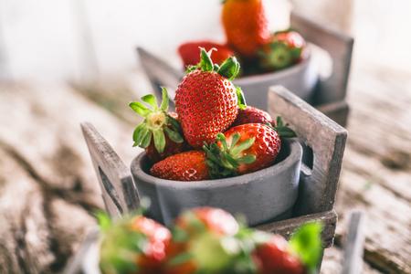 Frisches Obst. Erdbeeren auf Holz. Frühling Früchte.