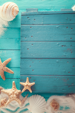 Sommer-Hintergrund. Holz Hintergrund mit weißem Sand und Muscheln. Standard-Bild - 57936300