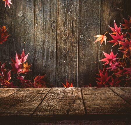 Holztisch. Herbst-Design mit Blättern und leere Anzeige. Platz für Ihre Montage. Saison Herbst Hintergrund Standard-Bild - 61520725