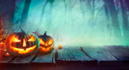 arboles secos: Fondo de Halloween. Bosque fantasmagórico con los árboles muertos y calabazas. El diseño de Halloween con calabazas