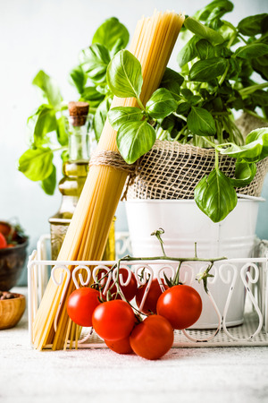 mee: Italian cuisine. Pasta with olive oil, garlic, basil and tomatoes. Spaghetti with tomatoes