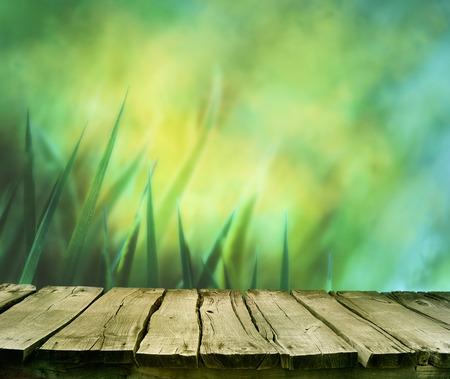 봄 배경입니다. 봄 잔디입니다. 배경 흐리게. 여름 자연입니다. Bokeh 흐리게 배경입니다. 테이블입니다. 나무 판자 copyspace와 잔디. 꽃 배경. 자연 bokeh