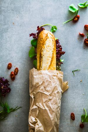 Sandwich. Fast food. Deli sandwich avec des légumes Banque d'images - 77382626