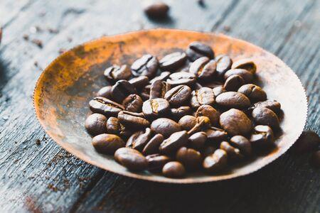 molinillo: Café. Granos de café en la placa rústica. Foto de archivo