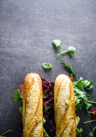 サンドイッチ。ファーストフード。野菜のデリでサンドイッチ