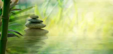 Spa y bienestar. Piedras de masaje natural con bambú. Fondo oriental spa