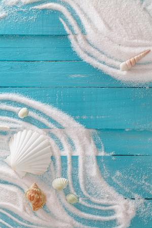 Sommerstrand. Sommerhintergrund mit weißem Sand und Muscheln.