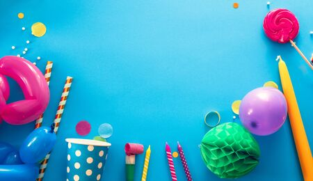 Birthday concept with gift box and confetti. Birthday baloons and candles Banque d'images