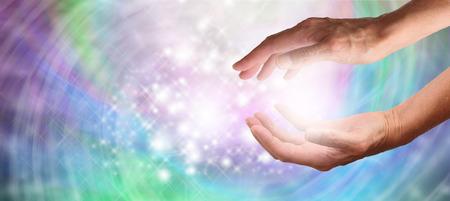 energy healing: Primo piano delle mani di guarigione coppa con una bella energia colorato vorticoso scintillante su vasta sfondo Archivio Fotografico