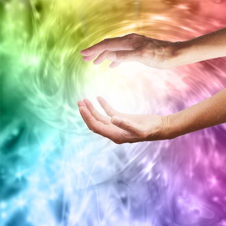 선명한 무지개 소용돌이 소용돌이 에너지 배경에 뻗은 치유의 손