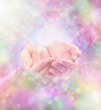 mujeres orando: Colorido energía suave espumoso Misty y manos curativas ahuecadas