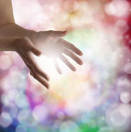energia espiritual: Extendidas manos sanadoras mujer s con el fondo bokeh luz y la bola de energ�a