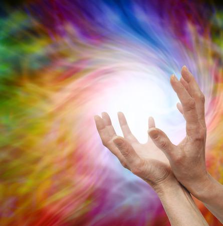 energy healing: Mani guarigione tese sul vortice di energia vorticoso sfondo Archivio Fotografico