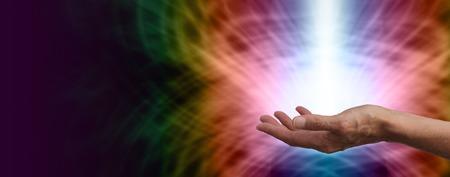 虹の背景バナーの白いエネルギーの軸を持つ女性のヒーラー