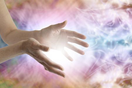 energy healing: Mani di guarigione femminili e campo di energia vibrante