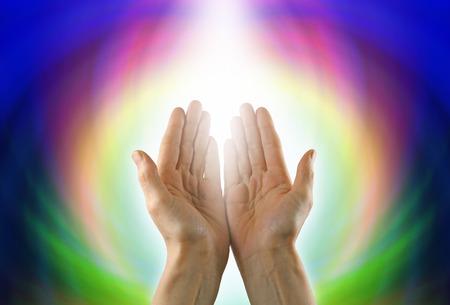 mensen kring: Helende handen en Circle of Light Stockfoto