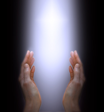 Handen die tot het Goddelijke Licht Stockfoto