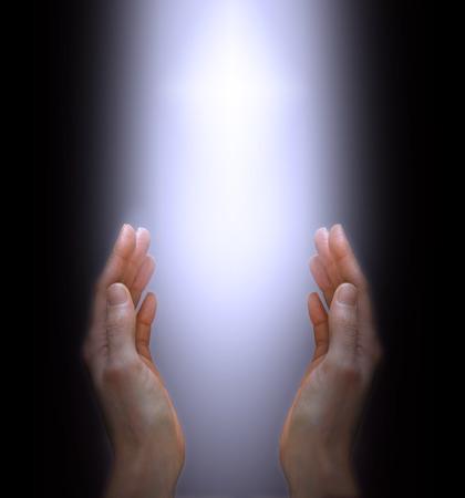 Mains atteignant à la Lumière Divine Banque d'images - 28605986