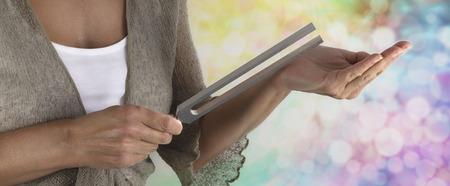 music therapy: Sanador de sonido Usando una sintonizaci�n Tenedor Foto de archivo
