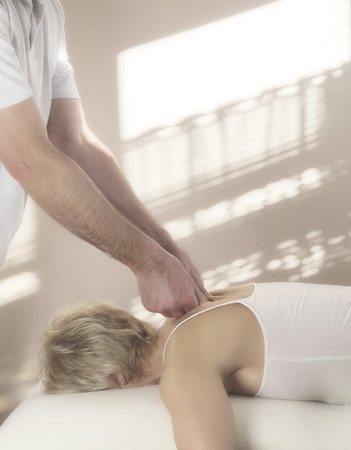sportmassage: Man sportmasseur Stockfoto